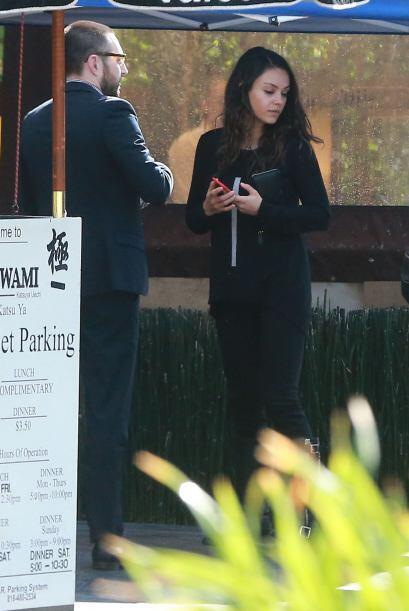 Mila paseó con su amigo, sin Ashton y su nena.