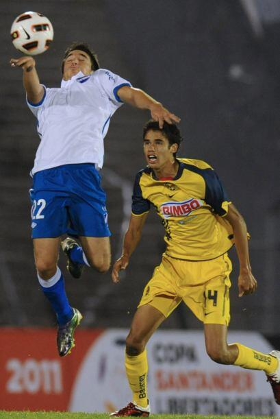 Diego Reyes atento a la marca con los mediocampistas uruguayos, el cante...
