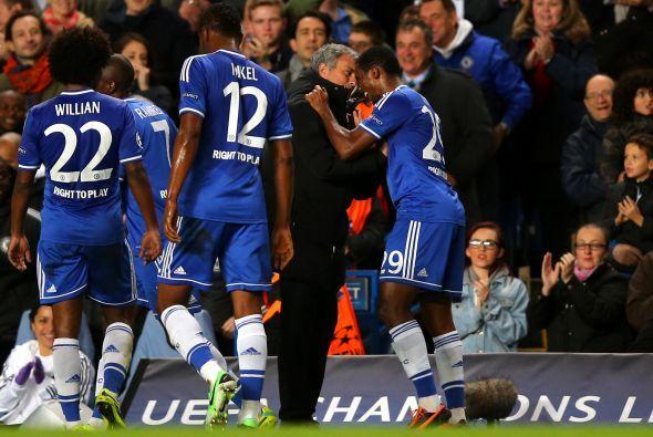 'Samu' no dudó en ir a abrazarse con el técnico José Mourinho.