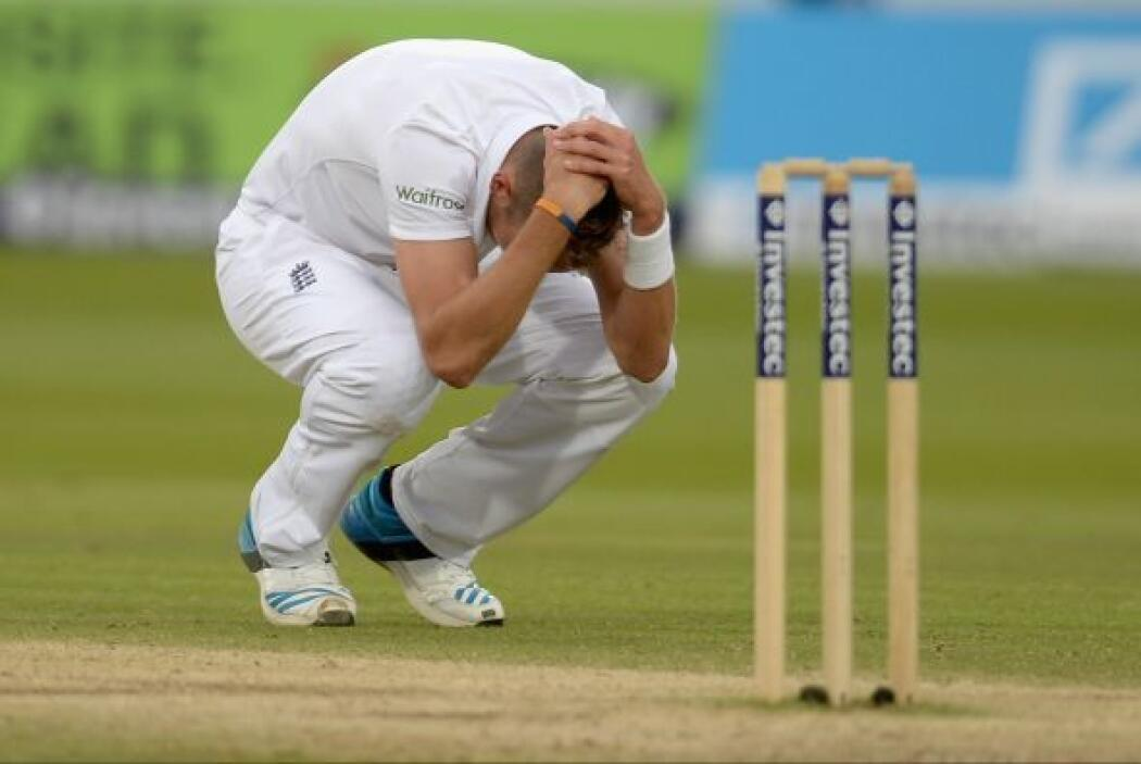 Stuart Broad de Inglaterra reacciona después de lanzar la última bola de...
