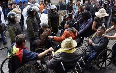 Un grupo de personas con discapacidad fue reprimido por la policía boliv...