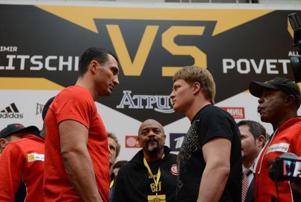 Wladimir Klitschko y Alexander Povetkin cumplieron con el pesaje de una...
