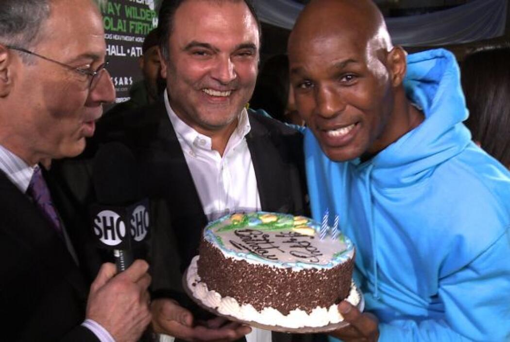 Al final hubo otra sorpresa. Bernard Hopkins le dio una torta de cumplea...
