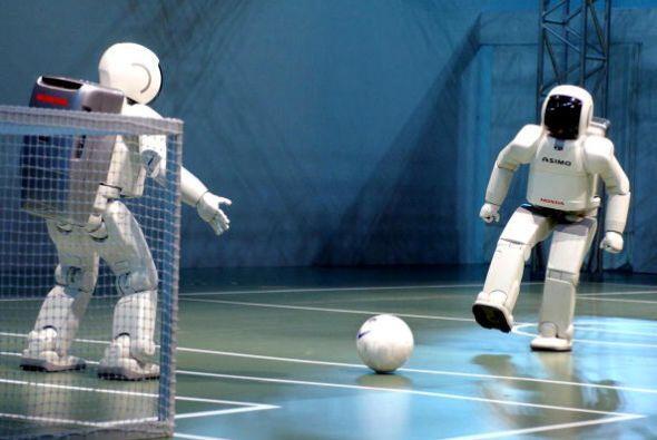 Las habilidades de ASIMO para jugar futbol se han robado el coraz&oacute...