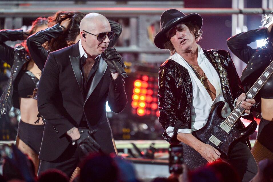 Mr. Worldwide subió al escenario con la leyenda de la música Joe Perry,...
