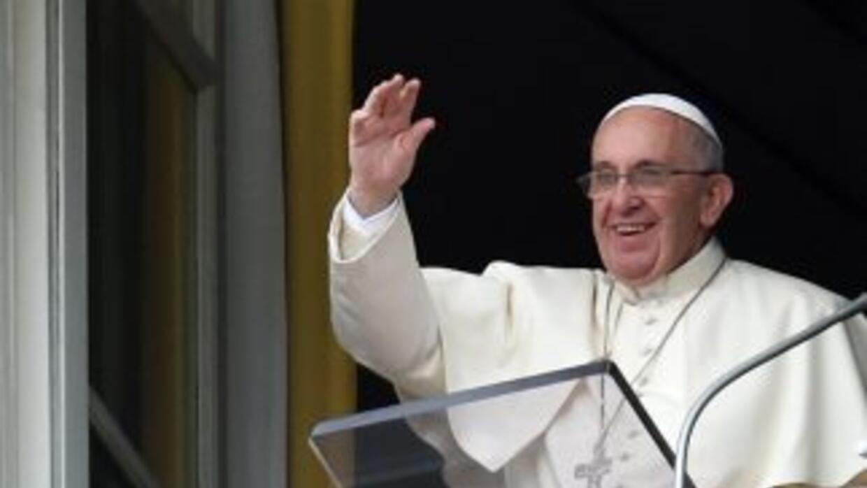 El Papa saluda desde uno de los balcones del Vaticano a los fieles congr...