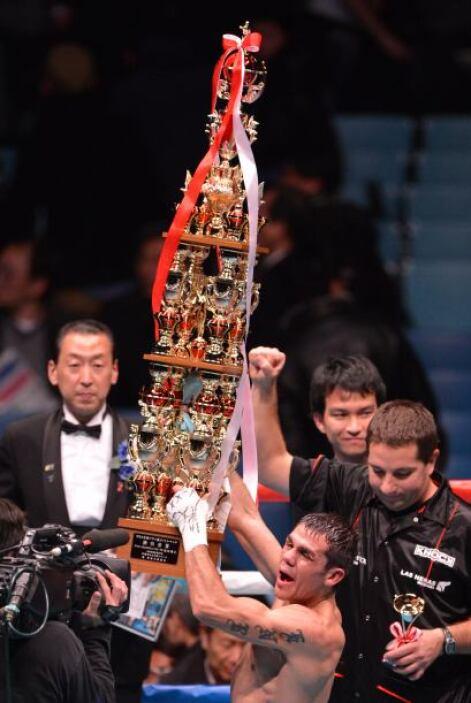 El argentino recibió este gran trofeo por su victoria.
