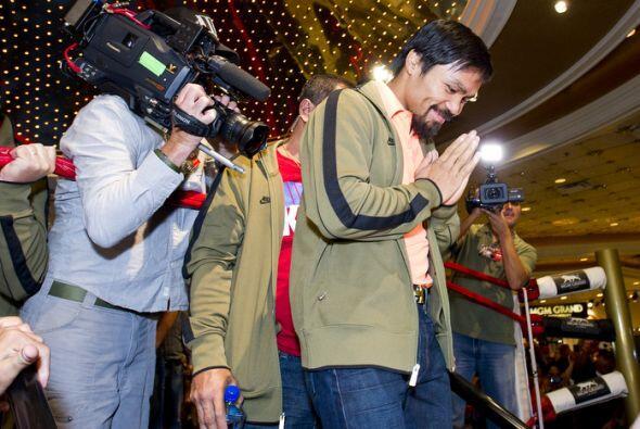 Al bajar del ring que se colocó en la entrada del MGM Grand, Manny Pacqu...