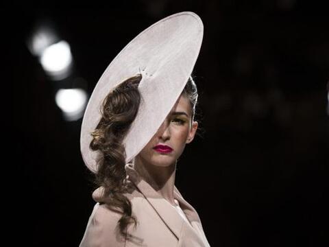 Modelos presentan creaciones del diseñador francés Eric Tibusch, durante...