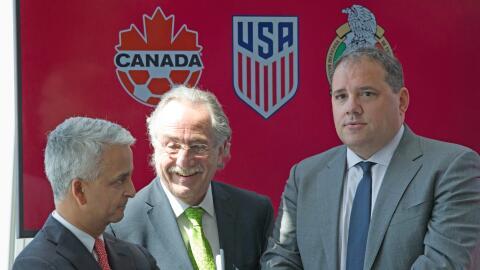 De izquierda a derecha: Sunil Gulati, presidente de USA Soccer y vicepre...