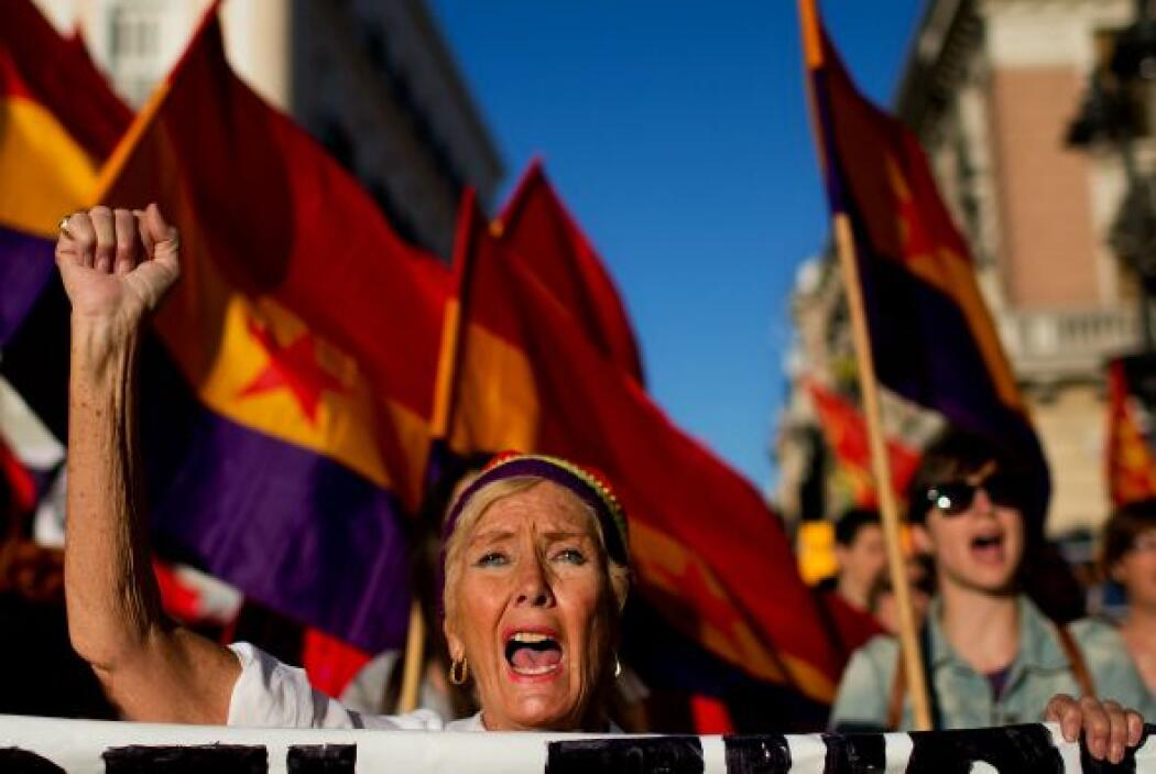 Mientras miles de personas desfilaban hasta la emblemática Puerta del So...