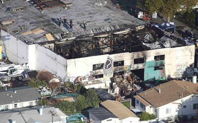 Recuperan 36 cuerpos de la bodega incendiada en Oakland, pero no se sabe...