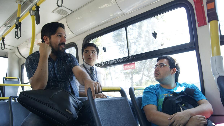 Los miembros de STPMet suelen subirse a los buses y conversar con los us...