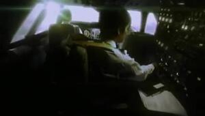 Un avión seguido por misteriosos objetos voladores no identificados e imposibles de evadir