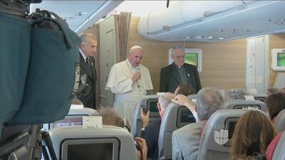 Periodistas acompañan en su último vuelo al Papa Francisco