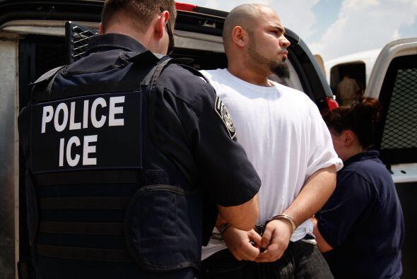 Los inmigrantes indocumentados no pueden pedir familiares por medio del...