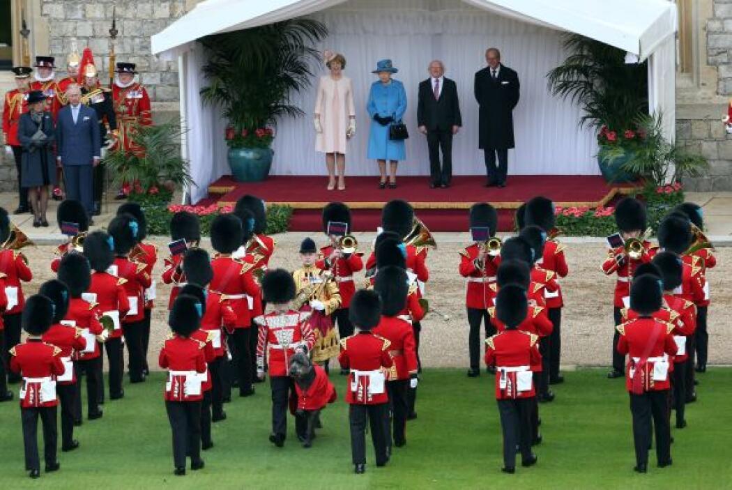 No faltaron las salvas de cañón, así como la orquesta y el desfile militar.