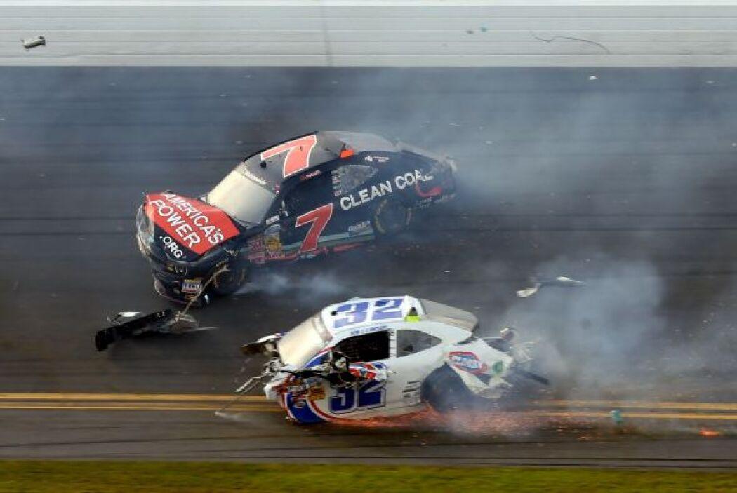 El auto de Brad Kesselowski giró y envió a Kyle Larson a la barrera.