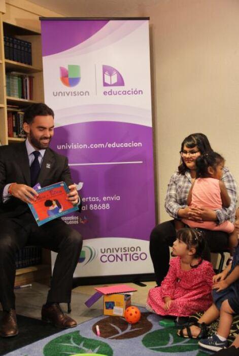 El presentador Enrique Acevedo bromea con los niños mientras hace la lec...