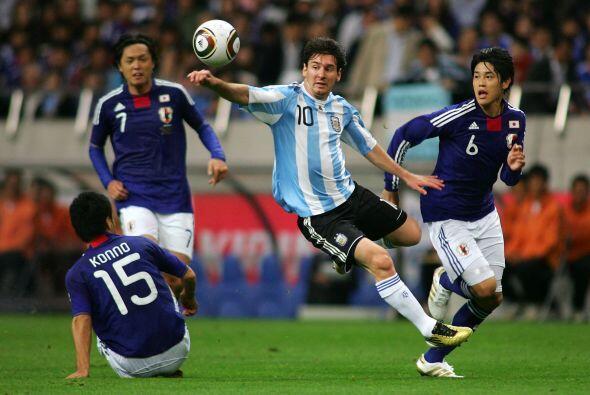 A Messi lo tuvieron bajo custodia, hasta de a 3 lo marcaron.