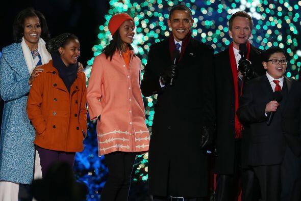 Este año fue iluminado de color verde y estuvieron rodeados de va...