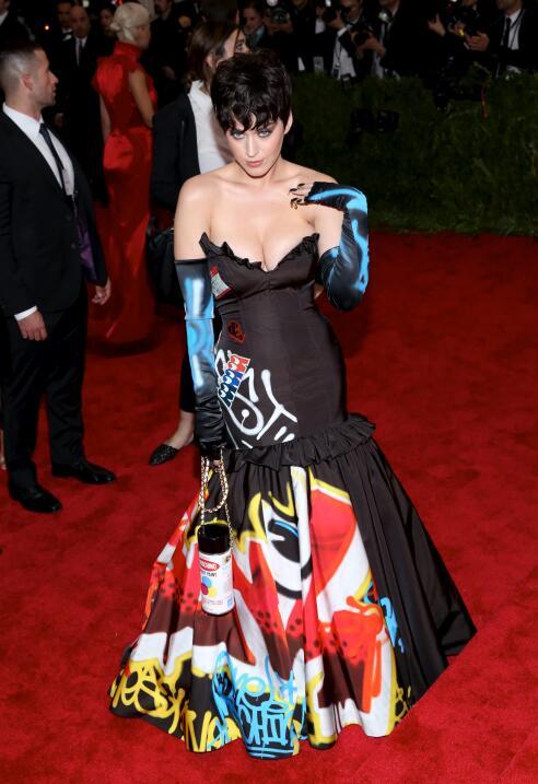 Katy Perry lució el cabello corto y ondulado en el Met Gala de mayo de 2...