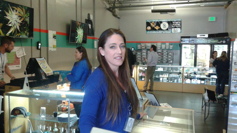 Stephanie Hopper, gerente de la tienda de marihuana Ballpark, en Denver