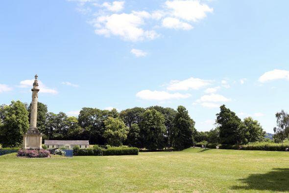 Fue una bonita ceremonia realizada en Castle Green, Hereford, un gran lu...