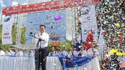 El empresario chino Wang Jing aplaude en la inauguración de las o...