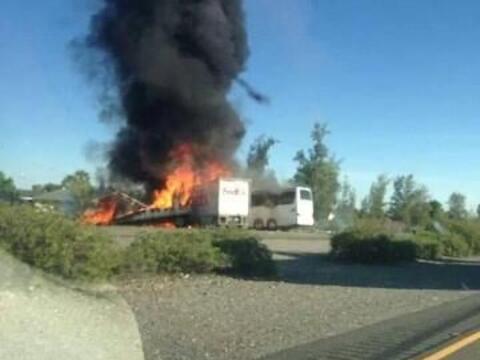 El camión que transportaba estudiantes chocó contra un autobús de la emp...
