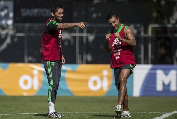 Corona platica una jugada de entrenamiento con Marco Fabián