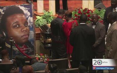 Cientos de personas asisten al funeral de Michael Brown.