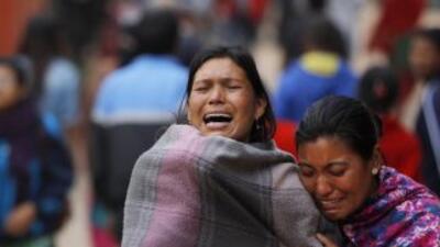 Los familiares de una de las víctimas del mortal terremoto de Nepal llor...