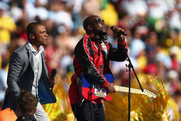 También cantaron otro de los temas oficiales de la Copa. Mira aqu...