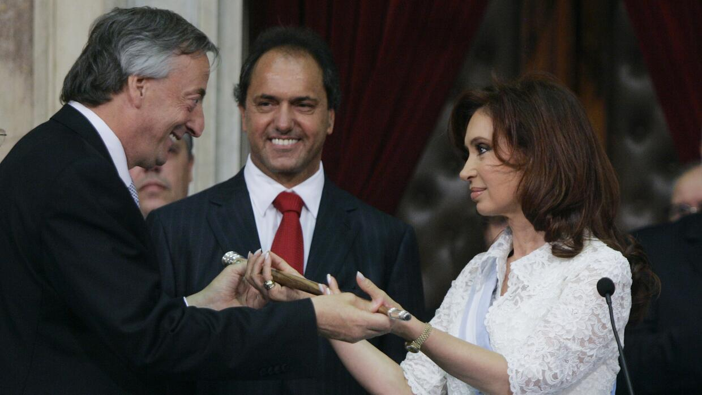Scioli ve como Néstor Kirchner le entrega el bastón de mando a su esposa.