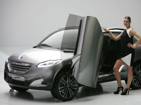 La firma francesa Peugeot presentó el prototipo HR1 en el Auto Show Gine...