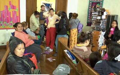 Liberan a familias retenidas en centros de migración en Texas