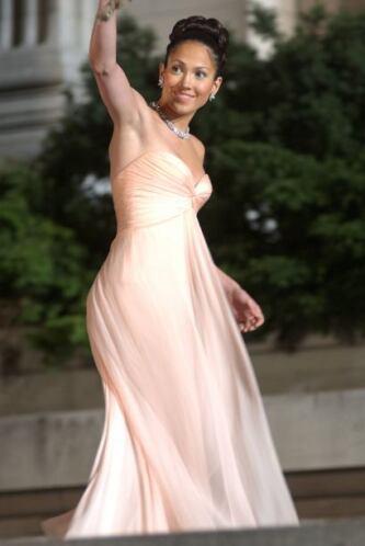 A pesar de usar vestidos holgados, resaltaba siempre su figura.  Mira lo...