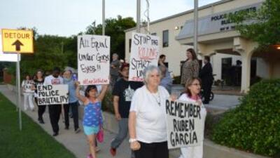 Un grupo de activistas se manifestó frente al edificio del Departamento...