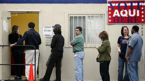 Votantes en Austin, Texas, hacen fila para la votación temprana (...