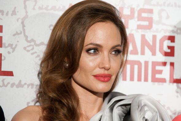 15.- Entre más donaciones altruistas hace Angelina Jolie, m&aacut...