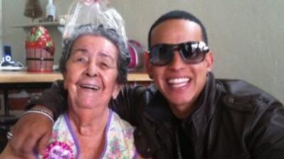 El reguetonero Daddy Yankee publicó una fotografía de él abrazando a su...