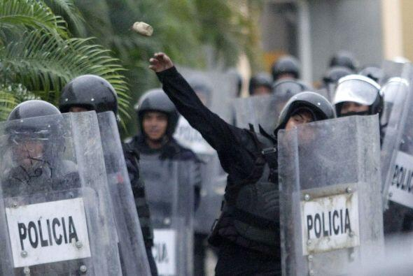 Durante la agresión los policías respondían con piedras ante los manifes...