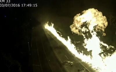 Camión explota y deja estela de fuego en Brasil