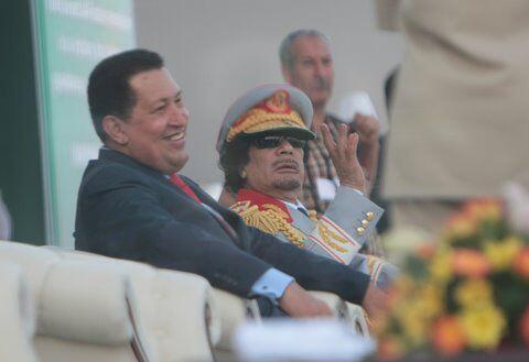Chávez dijo ser amigo del líder libio Muammar Gaddafi y en octubre de 20...