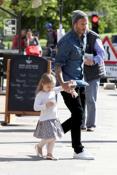 Harper y su papi salieron rápidamente.