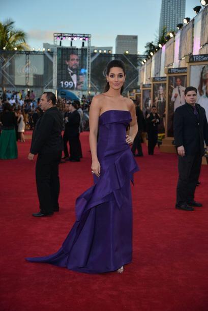 La ex Miss Universo Amelia Vega modeló un vestido color morado 'straples...