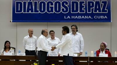 Humberto de la Calle estrecha su mano con representante de las FARC.