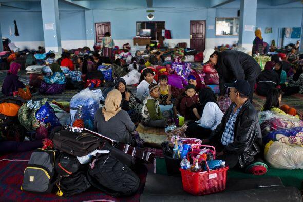 Refugiados en el Centro de Evacuación temporal después de otra erupción...