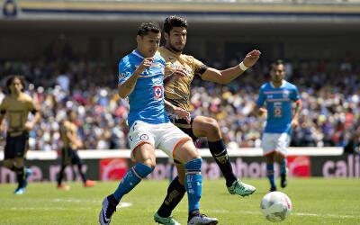 Cruz Azul y Pumas se enfrentan en el Estadio Azul.